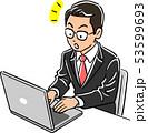 ノートパソコンを操作する管理職の男性 気づき 53599693