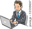 ノートパソコンを操作するスーツの男性 笑顔 53599697