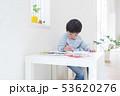 クレパスで絵を描く男の子 53620276