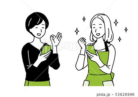 スマホを持ちながら会話をする女性達 53626996