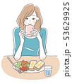 朝食を食べる女性 53629925