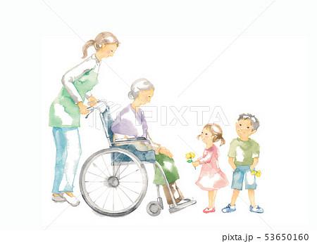 車椅子のおばあさん、介護と子供たち 53650160