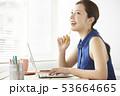 若い女性 ノートパソコン 操作の写真 53664665