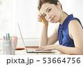 女性 若い女性 ノートパソコンの写真 53664756