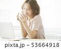 女性 ノートパソコン コーヒーの写真 53664918