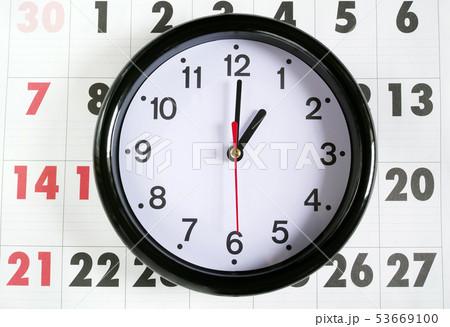 カレンダーと1時の時計 53669100