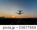 夕暮れに着陸する飛行機 53677668