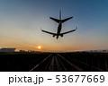 夕暮れに着陸する飛行機 53677669