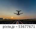 夕暮れに着陸する飛行機 53677671