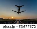 夕暮れに着陸する飛行機 53677672