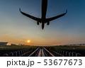 夕暮れに着陸する飛行機 53677673
