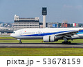 滑走路上の飛行機 53678159