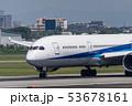 滑走路上の飛行機 53678161
