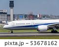 滑走路上の飛行機 53678162