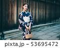 浴衣の女性と京都の街並み 53695472