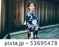 浴衣の女性と京都の街並み 53695478
