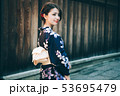 浴衣の女性と京都の街並み 53695479