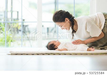 ミルクを飲む赤ちゃん 53725584