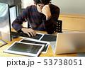 PC ノートパソコン ビジネスマンの写真 53738051