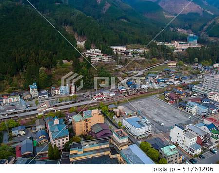 ドローンで空撮した下呂温泉の町並みの風景 53761206