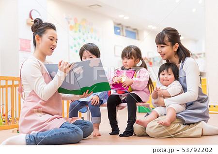 幼稚園、保育士、読み聞かせ、遊ぶ、絵本 53792202