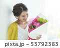 若い女性 花束 53792383