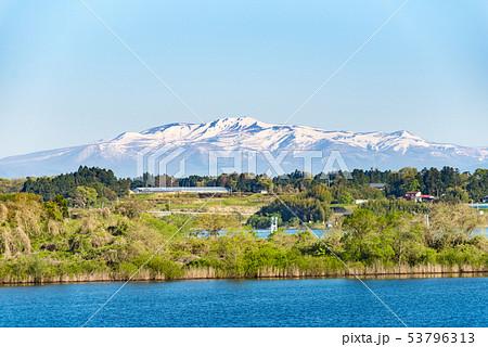 長沼と残雪の栗駒山とレガッタ 53796313