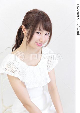 若い女性 ヘアスタイル 53802294