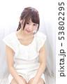 若い女性 ヘアスタイル 53802295