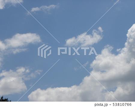 初夏の青空と白い雲 53810766