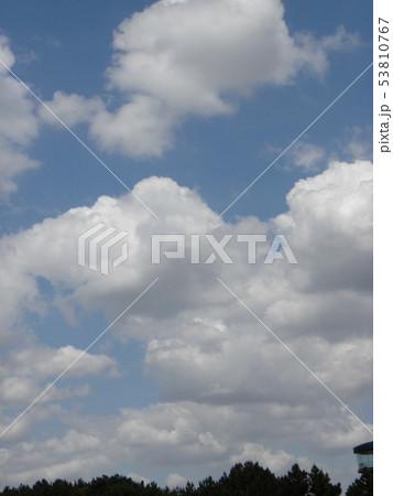 初夏の青空と白い雲 53810767