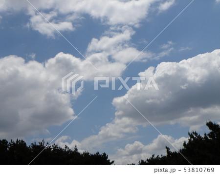 初夏の青空と白い雲 53810769
