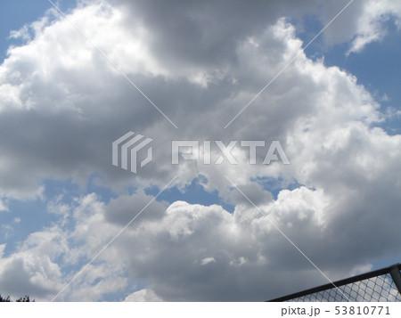 初夏の青空と白い雲 53810771