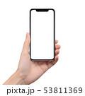 スマートフォンを持つ女性の手 53811369