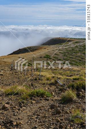 秋の馬の背と登山道 53815743