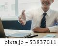 ビジネス 人 握手の写真 53837011