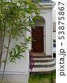 玄関と庭木 53875867