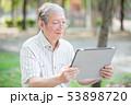 タブレット 高齢者 ノートパソコンの写真 53898720