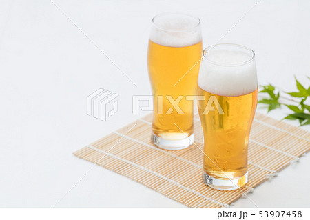 白背景のグラスに注がれたビール 53907458