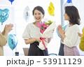 若い女性 花束 53911129