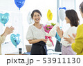 若い女性 花束 53911130
