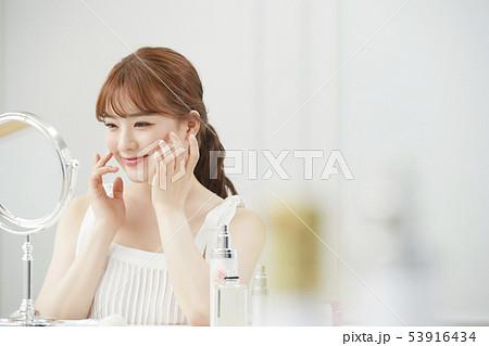 女性 ビューティー 53916434