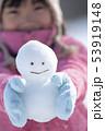雪だるまを持つ女の子の手元 53919148
