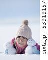 雪原で雪だるまと微笑む女の子 53919157