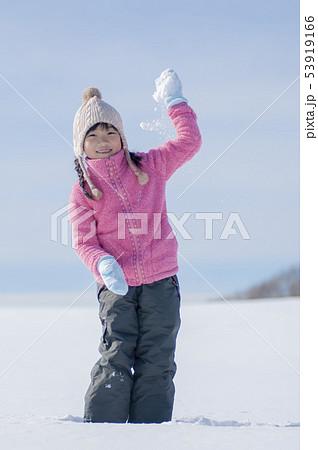 雪で遊ぶ笑顔の女の子 53919166