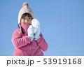 雪だるまを持つ笑顔の女の子 53919168