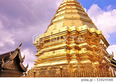 黄金色に輝くタイ仏教寺院の仏塔・イメージ (チェンマイ)の写真素材 ...