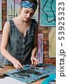 女性 絵筆 作業の写真 53925323