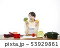 主婦 料理 53929861