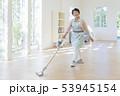 床に掃除機をかける笑顔のシニア女性 53945154